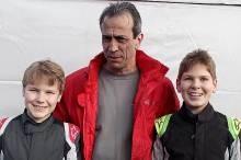 Teamchef Ralf Braaz mit den Piloten Benedict Stolle (r.) und Jan-Vincent Stolle